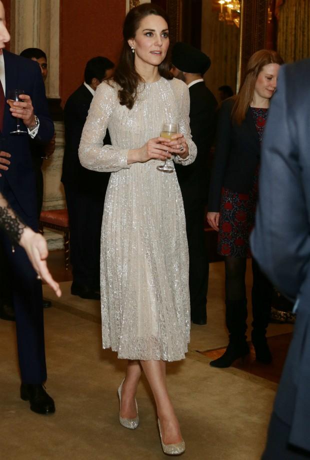 Kate durante recepção no Palácio de Buckingham com vestido Erdem de 959 libras (aproximadamente R$4400) (Foto: Getty)