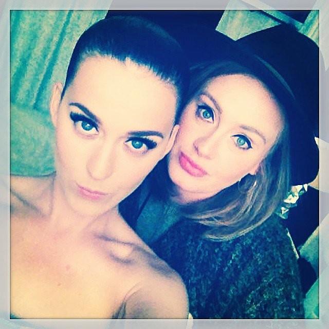 Em junho de 2014, Katy Perry aproveitou a visita ilustre de Adele a um de seus shows e fez um autorretrato com a cantora inglesa. (Foto: Instagram)
