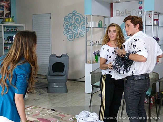 Meg ajuda a tirar a camisa de Serguei suja de tinta, e Flaviana chega na hora (Foto: Malhação / TV Globo)