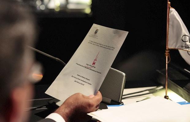 O vice-presidente da Venezuela, Nicolás Maduro, lê uma carta do presidente Hugo Chávez em reunião geral na cúpula da Comunidade dos Estados Latinoamericanos e Caribenhos (CELAC) em Santiago, no dia 28 (Foto: Reuters)