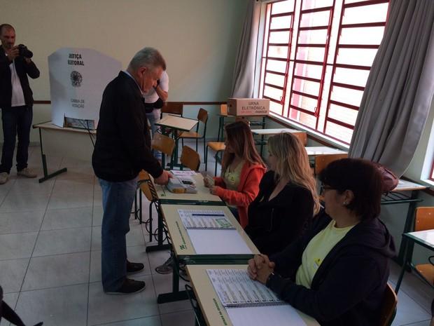 Udo Döhler (PMDB) votou na escola Osvaldo Aranha Joinville (Foto: Cinthia Raasch/RBS TV)