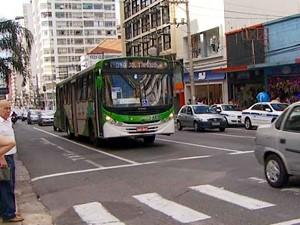 Ônibus em circulação na Rua Francisco Glicério no Centro de Campinas (Foto: Reprodução/EPTV)
