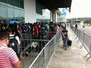 Partcipantes da Campus Party chegam para a entrada do evento; este ano houve poucas filas (Foto: Laura Brentano/G1)
