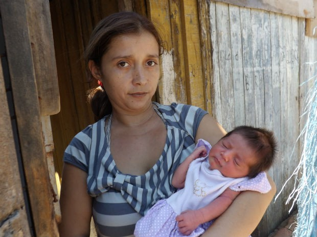 Mãe com o bebê de 5 dias nos braços (Foto: Tatiane Santos/G1)