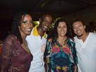 Regina Casé curte apresentação de Carlinhos Brown em Salvador