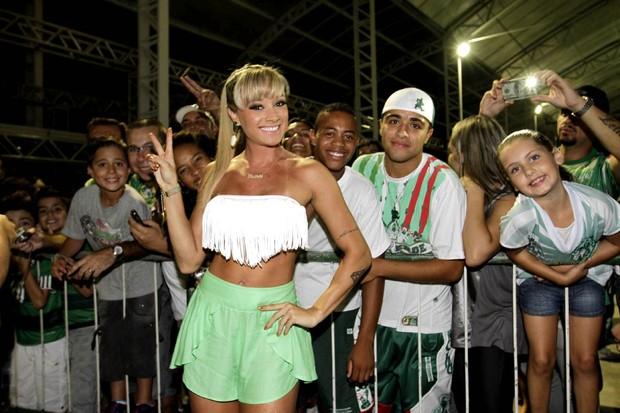Juju Salimeni posa com fãs em ensaio da Mancha Verde em São Paulo (Foto: Leo Franco/ Ag. News)