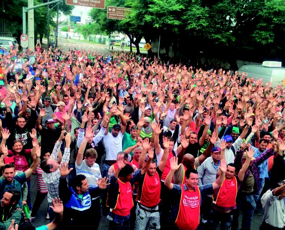 Paraná TV 2ª Edição destaca greve dos garis e coletores de Curitiba (Foto: Divulgação/Siemaco)