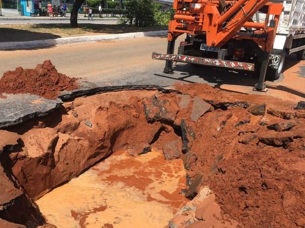 Cratera se abriu na Avenida Roberto Freire, em Natal, nesta segunda (14) (Foto: Aura Mazda/Tribuna do Norte)