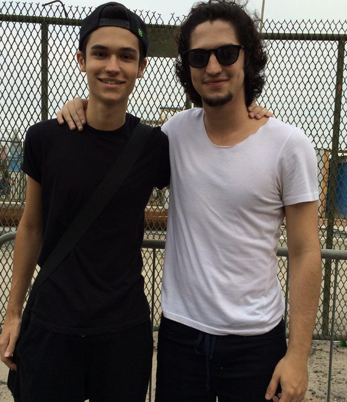 Gabriel Leone e o irmão, Lucas, no Rock in Rio (Foto: Tatiana Machado / Gshow)