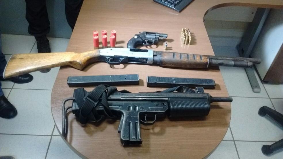 Polícia apreendeu armas e munição (Foto: Aline Nascimento/G1)