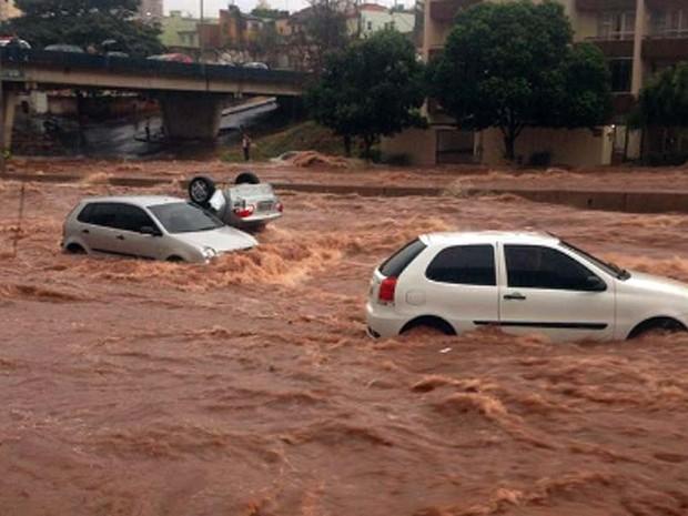 Veículos ficaram cobertos pela água (Foto: Vanessa Cruvinel/Arquivo pessoal)