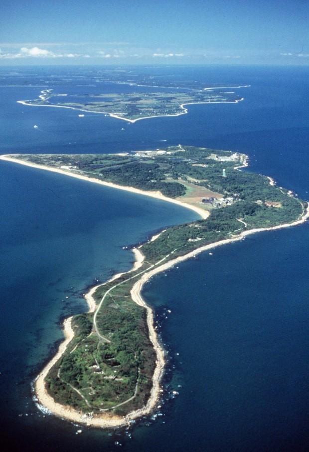 Ilha Plum, conhecida por servir de laboratório de experiências, foi colocada à venda pelo governo (Foto: Seth Wenig/AP)