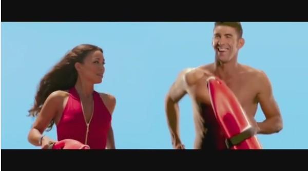 Michael Phelps correndo ao lado de uma salva-vidas de Baywatch (Foto: Instagram)