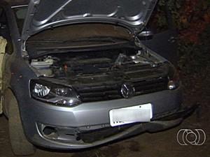 Quatro homens estavam em carro com placa clonada em Aparecida de Goiânia, Goiás (Foto: Reprodução/ TV Anhanguera)