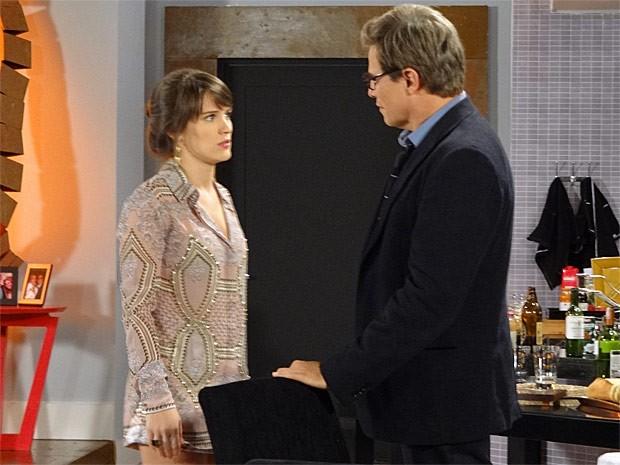 Carolina não consegue esconder de Felipe o nervosismo (Foto: Guerra dos Sexos / TV Globo)