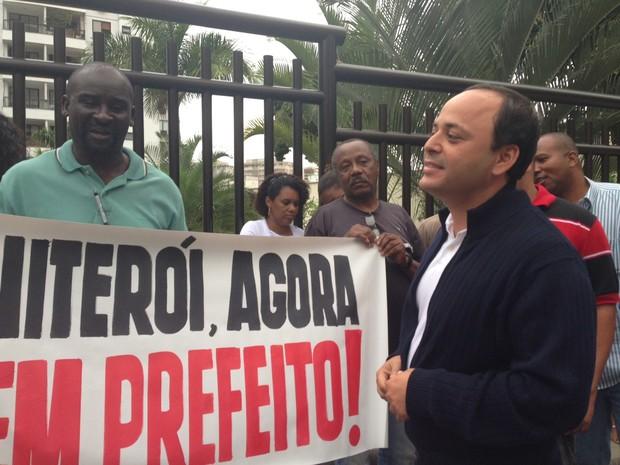 Rodrigo Neves conversou com manifestantes em Niterói (Foto: Lívia Torres/G1)