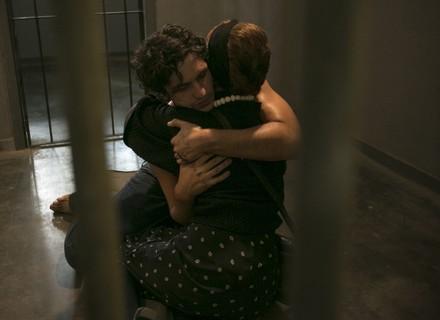 Vera se emociona ao visitar Gustavo na prisão