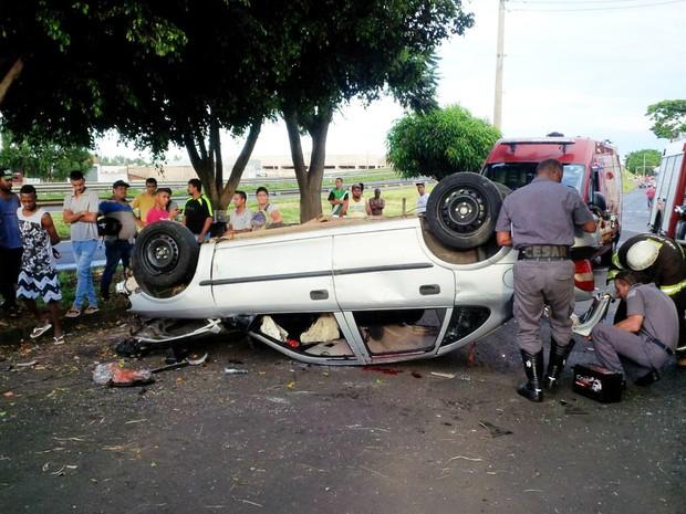 Vítimas foram socorridas após capotagem na Rodovia Ronan Rocha (Foto: Divulgação)