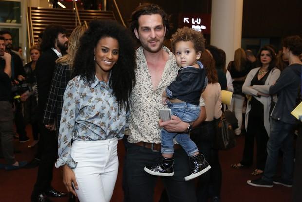 Igor Rickli, Aline Wirley e o filho Antônio (Foto: Roberto Filho / BrazilNews)