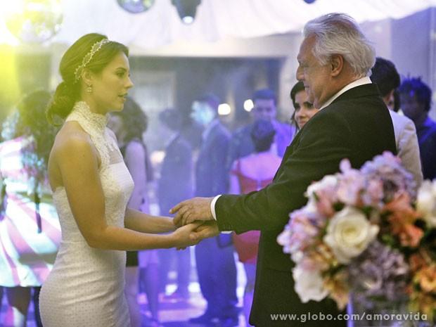 Paloma decide acolher a nova família que o pai formou (Foto: Amor à Vida/TV Globo)