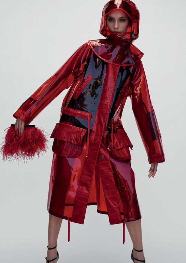 Carol Paes usa casaco, R$ 16.900, body, R$ 4.900, chapéu, R$ 3.900, e sapatos, R$ 3.700, tudo Dolce & Gabbana no Iguatemi São Paulo. Bolsa, R$ 875, Brands For You (Foto: Gui Paganini)