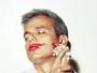Otaviano Costa posa com a boca lambuzada de batom em revista