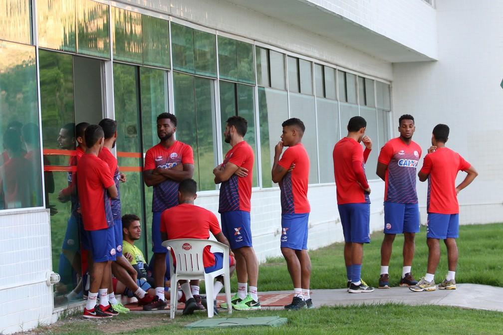 Antes de coletiva, jogadores ficaram na frente do hotel do CT, sem trabalhos no campo (Foto: Marlon Costa / Pernambuco Press)