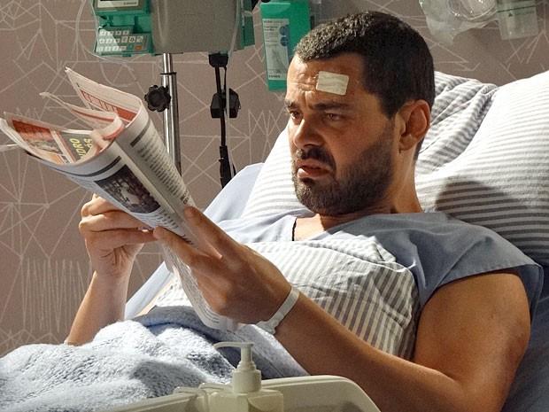 Fernando fica chocado com a matéria sobre Zenóbio no jornal (Foto: Amor Eterno Amor/TV Globo)