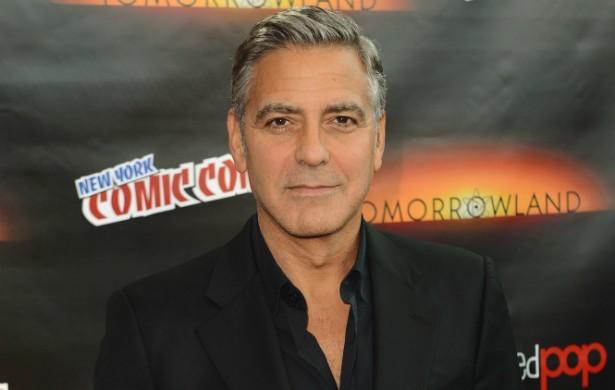 George Clooney quase morreu quando quebrou as costas nas gravações do drama 'Syriana - A Indústria do Petróleo' (2005), trabalho que posteriormente lhe rendeu seu primeiro Oscar. O ator confessou, depois de recuperado, que sentia tanta dor quando estava internado que cogitou o suicídio. (Foto: Getty Images)