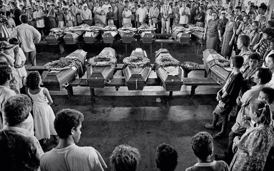 Velório das vítimas do massacre de sem-terra no Pará. A justiça percorreu caminhos tortuosos (Foto: Sebastião Salgado/Amazonas)