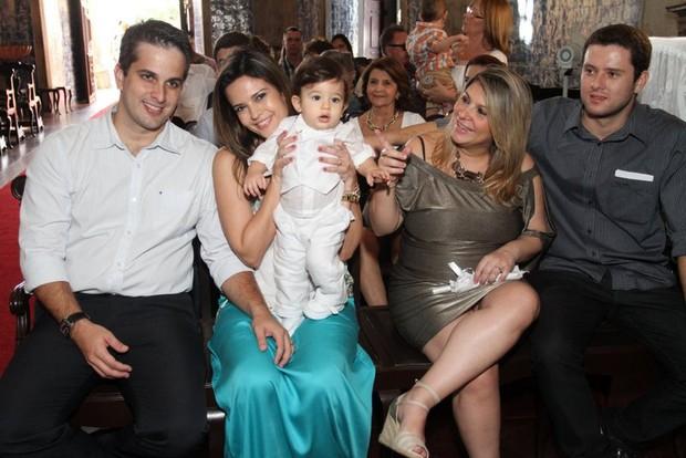 Raquel Nunes com o marido, o filho e os padrinhos (Foto: Divulgação)