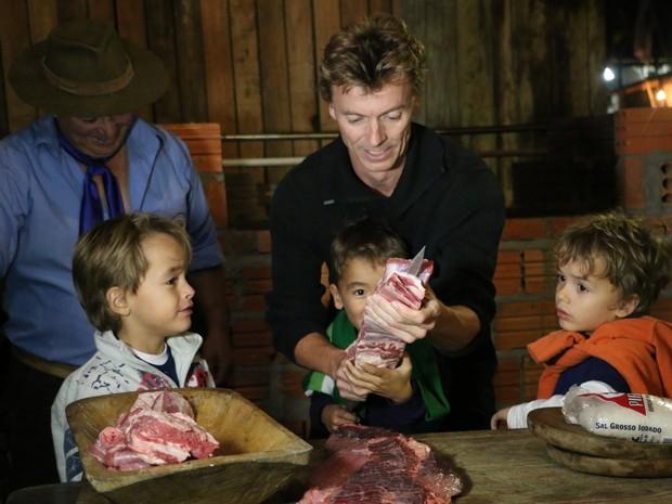 Trigêmeos de cinco anos, filhos do alemão Andreas Maladiniski, 45 anos, aprenderam a espetar a costela (Foto: Letícia Costa/G1)