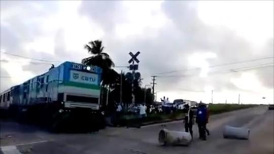 Ônibus e trens têm frotas reduzidas em Natal; homem fura bloqueio, atira e atinge advogado