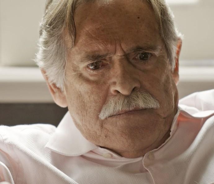 Gibson fica tenso com descoberta do neto (Foto: TV Globo)
