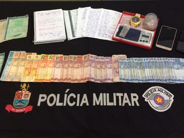 Material foi apreendido dentro da casa onde os dois homens estavam (Foto: Divulgação/Polícia Militar)