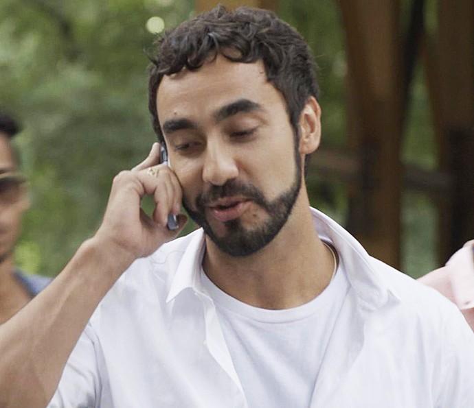 Leozinho faz telefonema pra lá de suspeito (Foto: TV Globo)