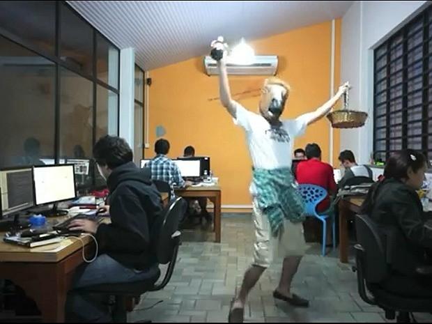 Vídeo virou febre na internet e foi gravado até em escritório de Manaus (Foto: Reprodução)