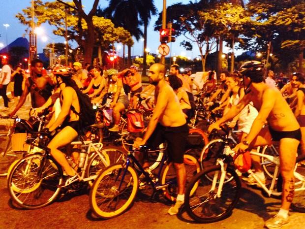 Cerca de 50 ciclistas aderiram à bicicletada pedalada no Rio (Foto: Daniel Silveira / G1)