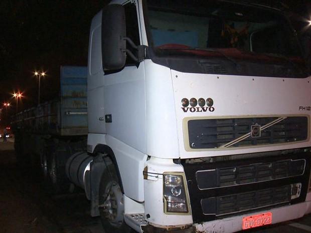 Caminhão foi encontrado em Viana, no Espírito Santo (Foto: Reprodução/ TV Gazeta)