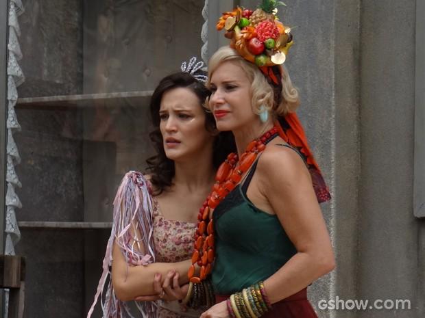 Amélia e Volpina assistem à briga, assustadas (Foto: Joia Rara/TV Globo)
