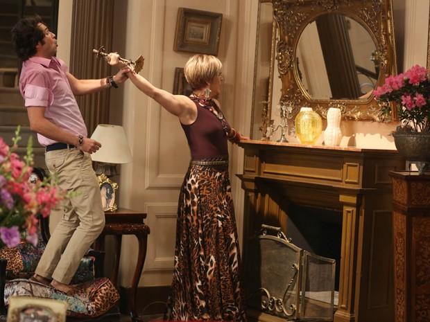 Transtornada, Samantha começa a quebrar tudo em casa (Foto: Pedro Curi/ Gshow)