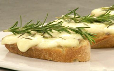 Tartine com 'manteiga de anchovas', muçarela de búfala e alecrim