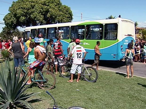 Assassinato dentro de ônibus atraiu muitos curiosos à pracinha de Eldorado, na Serra. (Foto: Reprodução/TV Gazeta)