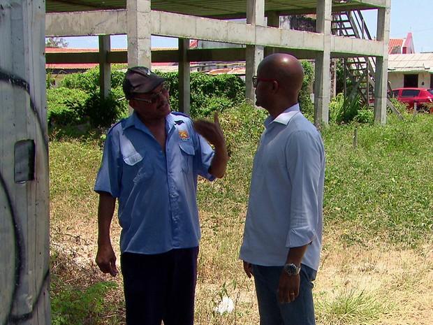 Candidato Edilson (PSOL) visitou o bairro do Zumbi, na Zona Oeste do Recife (Foto: Reprodução/TV Globo)