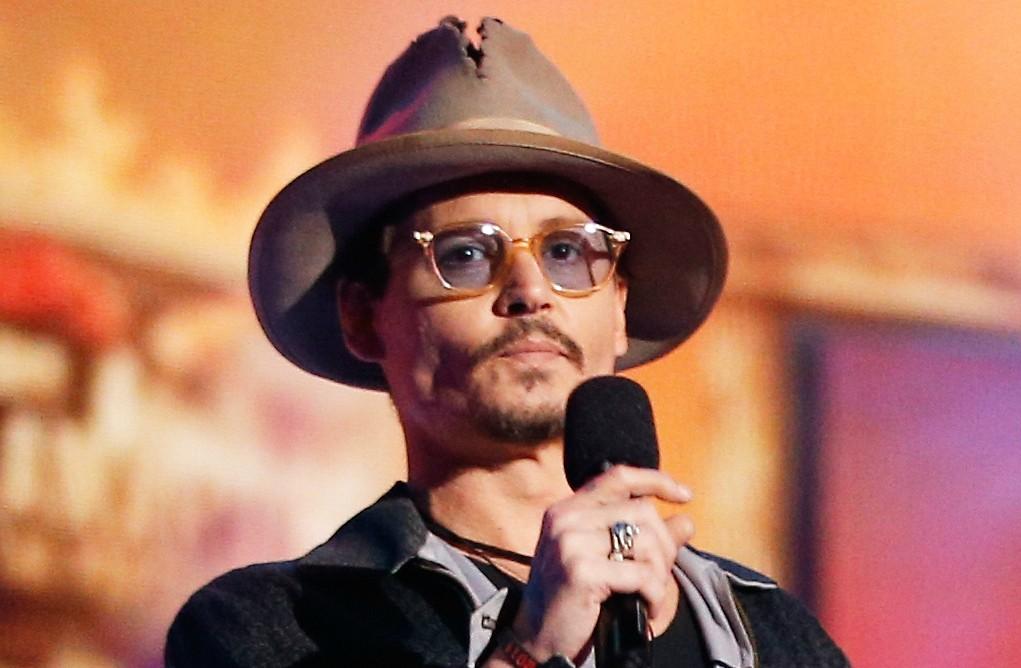 Johnny Depp vendia canetas até se encontrar com Nicolas Cage em Los Angeles e deslanchar na carreira de ator. (Foto: Getty Images)