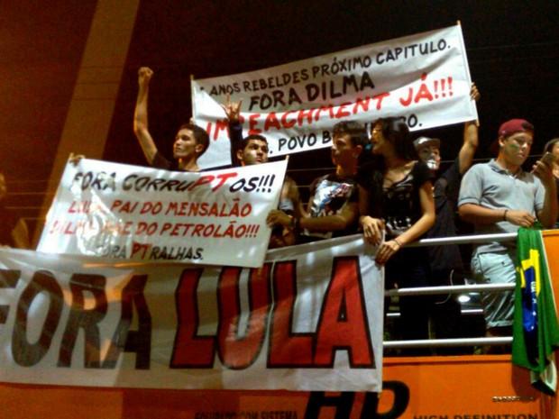 Manifestantes contra o governo gritam palavras de ordem em trio elétrico durante protesto no Centro de Rio Branco, no Acre (Foto: Quésia Melo/G1)
