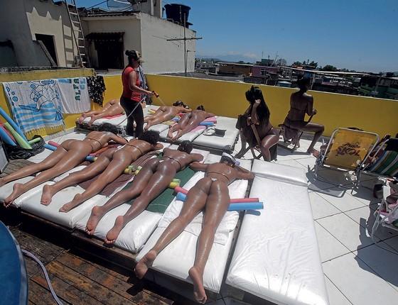 Em Realengo, sem mar nem areia, Erika Bronze criou um spa de bronzeamento natural (Foto: Rafael Moraes/Extra)