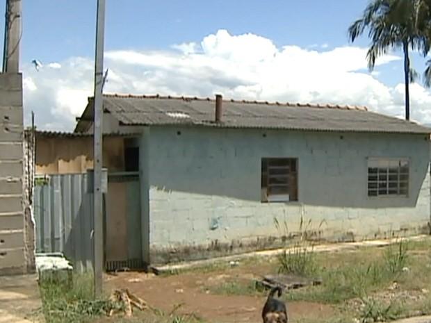 Local onde a agressão ocorreu no bairro Parque Três Marias. (Foto: Reprodução/TV Vanguarda)