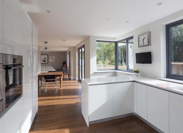O projeto tem linhas retas e decoração minimalista (Foto: Divulgação/Nick Leith-Smith Architecture+Design)