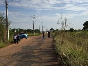 Entrada da unidade está isolada por policiais na manhã desta sexta-feira (6); presídio fica na BR-174, zona Rural da capital (Foto: Inaê Brandão/G1 RR)